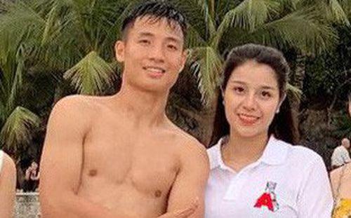 Tiến Dũng sánh vai cùng bạn gái xinh đẹp bên bờ biển, fan cảm thán: