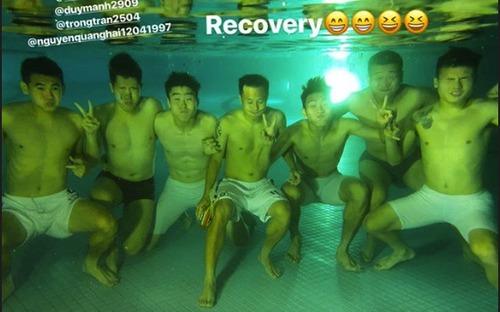 Dàn sao Hà Nội FC hẹn chụp ảnh check-in dưới hồ bơi và cái kết khó đỡ