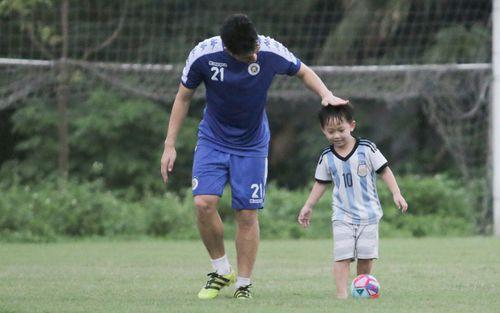 Đình Trọng làm bảo mẫu bất đắc dĩ, lấy tay che mưa cho quý tử của đàn anh tại Hà Nội FC