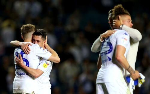 Những thiên thần áo trắng ôm nhau khóc nức nở sau khi đánh mất cơ hội tham dự trận cầu đắt giá nhất thế giới