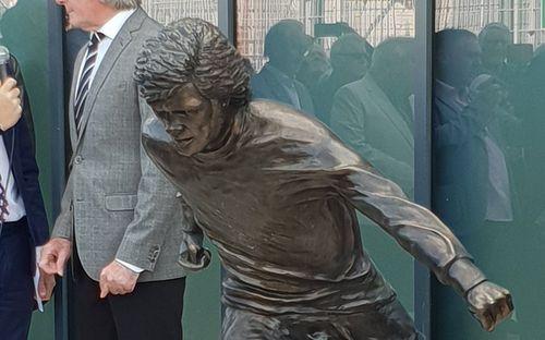 Sau Ronaldo, cộng đồng mạng lại thêm một lần phì cười với bức tượng xấu