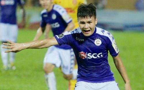 Lạ lẫm hình ảnh Quang Hải gắt gỏng, phản ứng cực mạnh với trọng tài trong ngày Hà Nội FC thất bại trước Nam Định