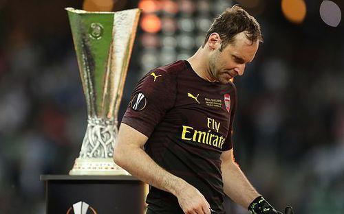 Hành động đáng trân trọng của thủ môn Bùi Tiến Dũng sau khi chứng kiến thần tượng Petr Cech rơi lệ vì thua trận chung kết Europa League