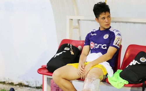 Hàng loạt tuyển thủ Việt Nam an ủi Đình Trọng sau khi dính chấn thương đau đớn trên sân Pleiku