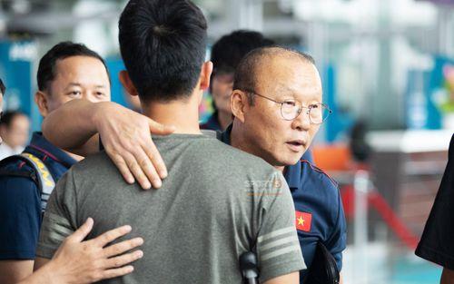HLV Park Hang-seo động viên Đình Trọng trước khi đi Thái: