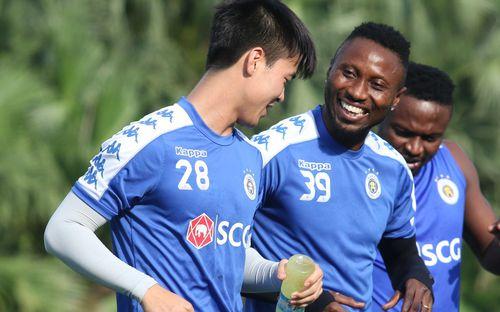1000 cách chống nóng của cầu thủ Hà Nội FC khi tập luyện dưới trời nắng như đổ lửa