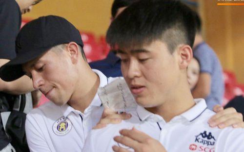 Cảm động hình ảnh Đình Trọng bá vai Duy Mạnh để di chuyển: Tình cảm anh em chắc chắn bền lâu