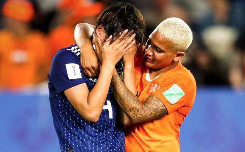 Còn hơn cả bóng đá: Xúc động khoảnh khắc các cô gái Nhật Bản đổ gục sau thất bại tiếc nuối nhưng cảm thấy ấm lòng hơn nhờ hành động này từ đối thủ