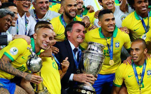 Hình ảnh hiếm thấy trong làng bóng đá: Tổng thống Brazil hạnh phúc nâng Cúp Nam Mỹ 2019 cùng với các cầu thủ
