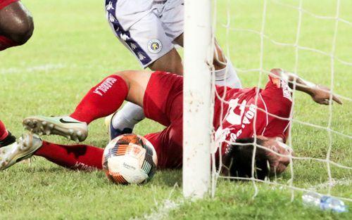 Liều mình dùng đầu phá bóng, trung vệ Hải Phòng khiến sao U23 Việt Nam tiếc nuối vì mất bàn thắng