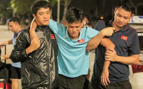 Cầu thủ U18 Việt Nam đau đến phát khóc, được