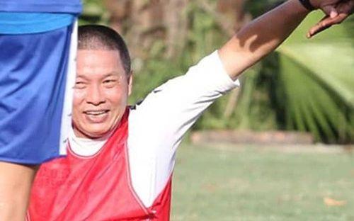 Cởi bỏ vẻ nghiêm nghị thường thấy, HLV của Hà Nội FC xỏ giày vào sân