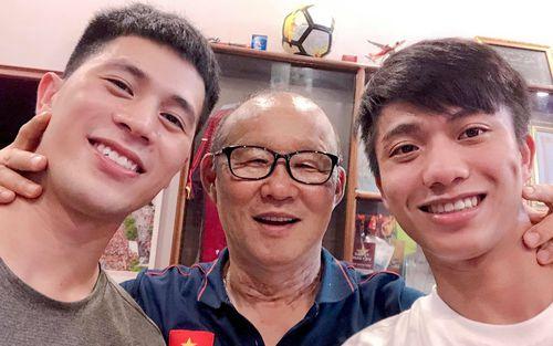 Thầy Park thăm nhà Đình Trọng, đo độ đẹp trai với các học trò