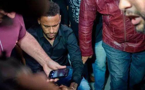 Neymar sắp được tuyên trắng án sau khi phải đi xe lăn đến hầu tòa vì cáo buộc hiếp dâm