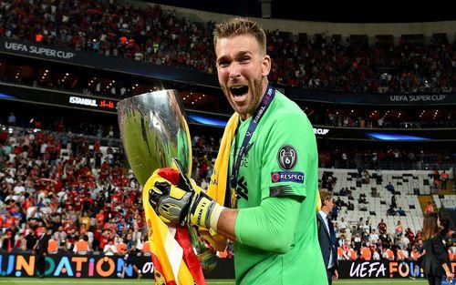 Người hùng của Liverpool ở Siêu cúp châu Âu phải trả giá đắt vì màn ăn mừng quá đà, vô tình đẩy đội bóng vào cơn khủng hoảng thiếu thủ môn trầm trọng