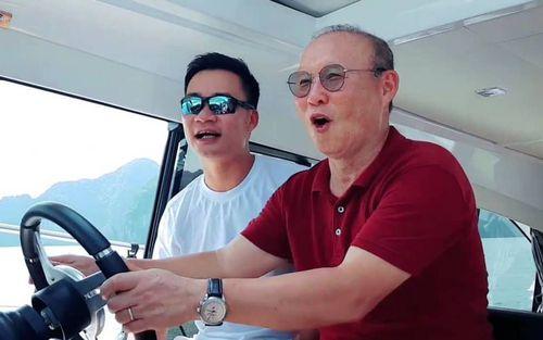 Ngạc nhiên trước hình ảnh HLV Park Hang-seo lái du thuyền tham quan Vịnh Hạ Long