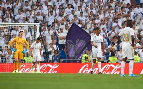 Benzema lập siêu phẩm, Real Madrid vẫn đánh rơi chiến thắng ở phút cuối