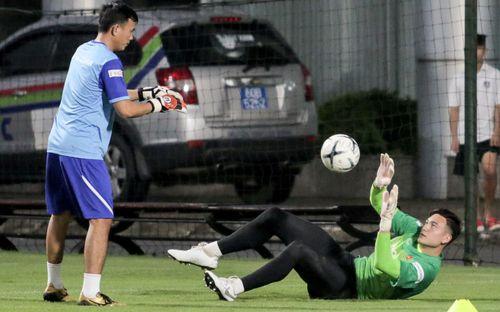 Lâm Tây bỡ ngỡ với HLV thủ môn mới của ĐTQG, từng giành quả bóng bạc Việt Nam