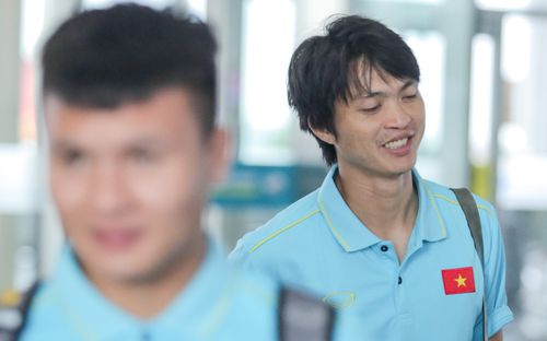 Tuyển thủ Việt Nam ngái ngủ, tóc rối bù vì phải dậy sớm ra sân bay sang Thái Lan
