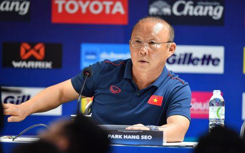 Báo Thái Lan mô tả thầy Park bằng từ này sau buổi họp báo căng thẳng