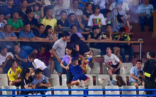 Fan Việt bức xúc: Hooligan Indonesia họ chỉ đánh fan Malaysia, còn đây người Việt làm tổn thương chính đồng bào của mình