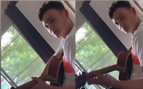 Một bên mắt sưng húp, Văn Lâm vẫn trổ tài chơi guitar đầy chất nghệ sĩ