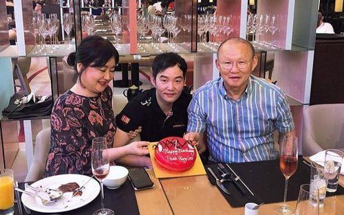 Con trai thầy Park tổ chức sinh nhật sớm cho bố, fan ngã ngửa về ngày sinh thật sự của HLV trưởng ĐT Việt Nam