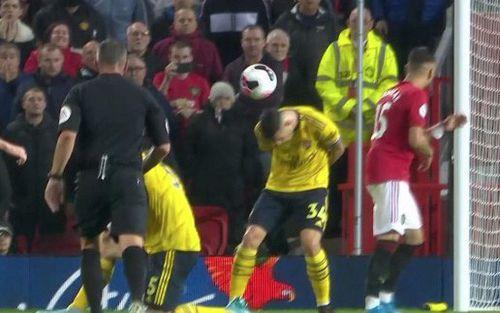 Tân đội trưởng Arsenal bị fan gọi là đồ hèn vì cúi đầu né bóng dẫn đến bàn thua