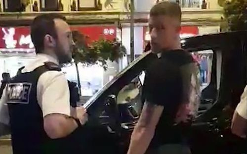 Cầu thủ Chelsea quỵt tiền bất thành, bị cảnh sát hộ tống đến ATM rút tiền trả lái xe taxi