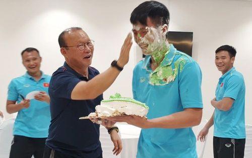 HLV Park Hang-seo góp 1 tay khiến mặt Tiến Dũng dính đầy bánh kem trong ngày sinh nhật