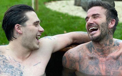 Cha con Beckham tươi rói khi cùng nhau tắm chung giữa cơn giá lạnh, các fan thì phát hiện ra điều đặc biệt này khi cả hai cùng cởi áo