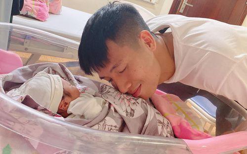 Nóng: Khánh Linh sinh em bé, Bùi Tiến Dũng chính thức lên chức bố