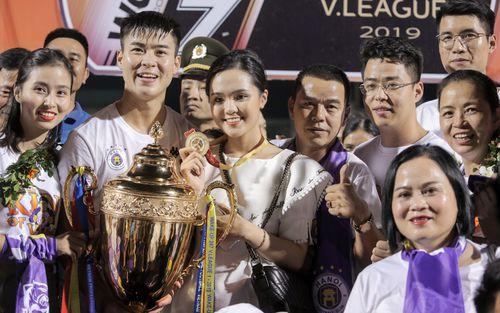 Mẹ Văn Hậu thay con nhận huy chương V.League, gia đình Duy Mạnh vất vả mới có ảnh chụp chung