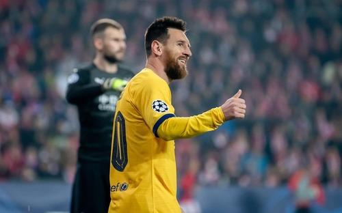 Messi lại lập kỉ lục, Barcelona suýt mất điểm tại Prague
