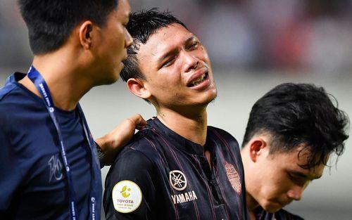 Cầu thủ đấm Đình Trọng khóc ngất bên đồng đội sau khi để tuột chức vô địch tại Thái Lan