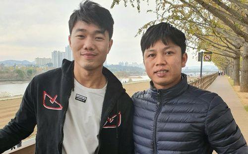 Bắt gặp Xuân Trường chống nạng đi dạo trên con đường mùa thu đẹp nhất Hàn Quốc