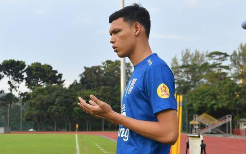 Cầu thủ Thái Lan từng bị thẻ đỏ khi đối đầu Việt Nam cầu nguyện giống hệt HLV Park Hang-seo trước khi tập luyện