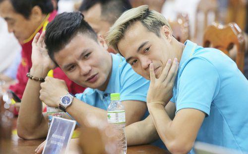 Quang Hải - Văn Toàn nói chuyện