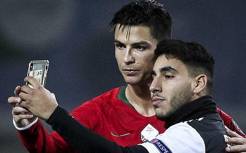 Khai trương kiểu tóc mới, Ronaldo tự tin selfie cùng fan cuồng, chuẩn bị cán mốc ghi bàn siêu ấn tượng cho ĐTQG Bồ Đào Nha