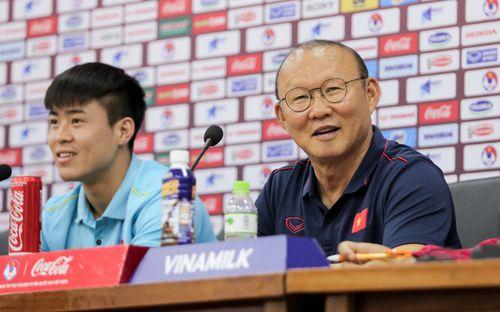 Nhận câu hỏi về Công Phượng, HLV Park Hang-seo trả lời đúng 1 từ bằng tiếng Anh làm thay đổi không khí cả phòng họp