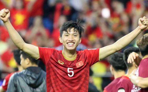 Đoàn Văn Hậu cười hiền, tỏ ra mình ổn sau tình huống lấy thân mình cứu thua trong trận đấu với Thái Lan