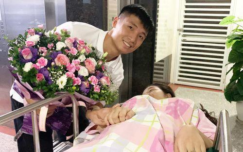 Bùi Tiến Dũng đăng ảnh đầy hạnh phúc cùng vợ, tiết lộ vụ Khánh Linh gặp nguy kịch trước khi sinh