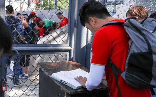 U22 Việt Nam phải điểm danh, ký tên vào sổ như sinh viên mới được vào sân tập tại Philippines sáng 27/11
