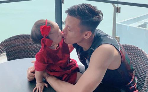 Quế Ngọc Hải tận tình chăm sóc con gái, cựu thủ thành U23 Việt Nam bất ngờ lập gia đình