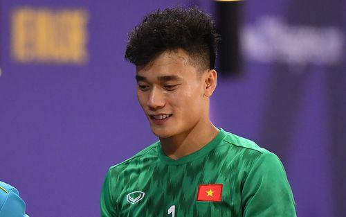 Bùi Tiến Dũng tiết lộ mặt sân thi đấu tại SEA Games 30 không chất lượng như ở Việt Nam, nếu được chọn thì U22 Việt Nam đã chọn phần sân phía Lào trước