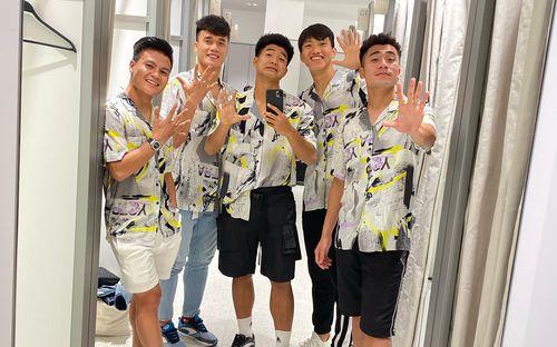 Đang thi đấu SEA Games, Đức Chinh, Quang Hải vẫn tranh thủ đi sắm đồ nhân ngày Black Friday