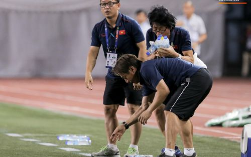 Hình ảnh vừa buồn cười, vừa thương khi bác sĩ của U22 Việt Nam hối hả tiếp nước cho cầu thủ ở trận thắng Indonesia