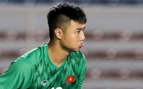 Thủ môn U22 Việt Nam bĩu môi sau pha bắt bóng lập bập, hai lần khiến CĐV thót tim trong trận thắng Singapore