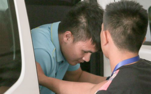 Quang Hải buồn bã trở về khách sạn sau khi đi bệnh viện kiểm tra chấn thương