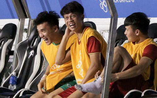 Nhóm dự bị của U22 Việt Nam cười sung sướng khi chứng kiến đồng đội
